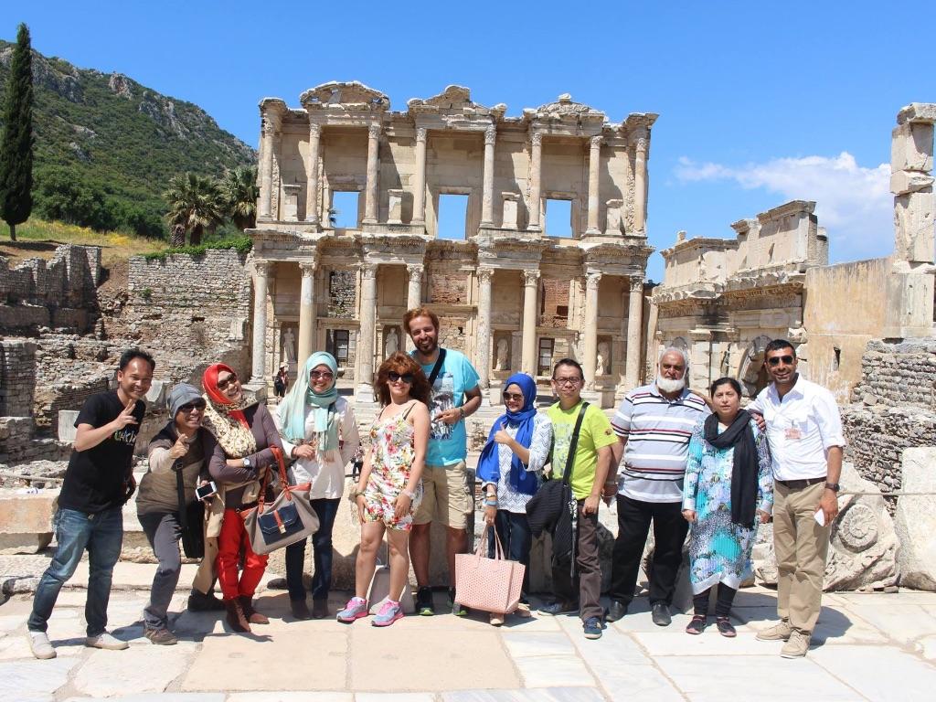 Berfoto di depan Library of Celcus, Ephesus